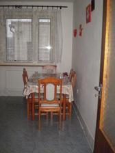 jedálenský stôl,ktorý nezostane pôvodný,dokonca rozmýšľam,že by som umiestnila jedálenský do obývačky,ktorá je veľká a v kuchyni by bolo len také menšie sedenie