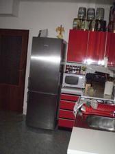 rohová linka+chladnička a vstupné dvere do kuchyne