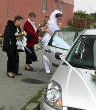 cpaní nevěsty do auta