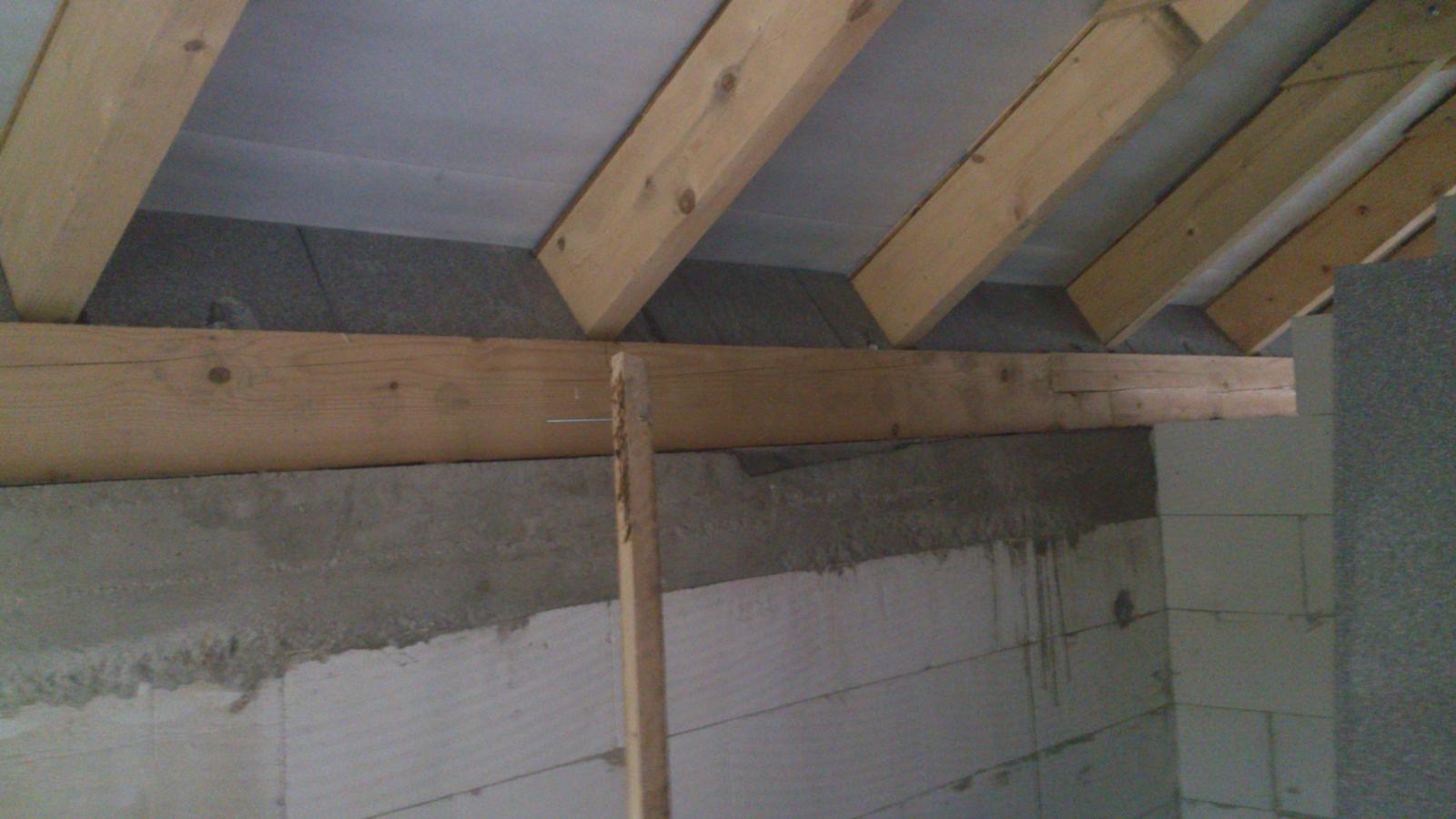 Zaciname...pokračujeme... - tieto trojuholíky sú v podstate odpady  tak som ich použil, aby mi držali vatu a zarovnával ich z vonkajšej strany so stenou kde príde zateplenie fasády