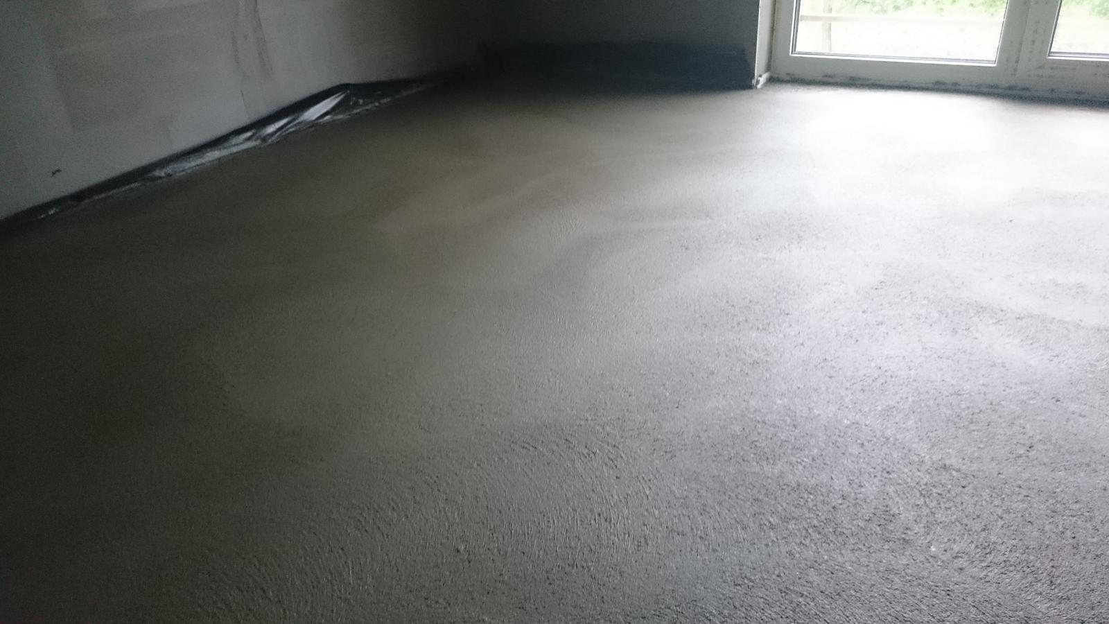 Zaciname...pokračujeme... - Potery hotové, cena za prácu 3,7e/m2, celkovo materál(vo vlatnej réžii, piesok,cement plastifikátor a vlákna) + práca=920eur za 141m2