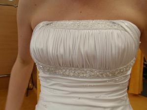 Šaty č. 1 - detail dekoltu.