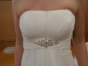 Šaty č. 2 - detail dekoltu.