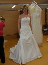 Šaty č. 3 - bílé - čisté, možné dozdobit knoflíky.