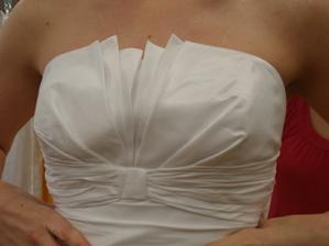 Šaty č. 3 - detail dekoltu (možné dát knoflík doprostřed)