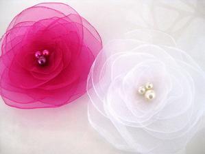 Do vlasů - jednu bílou s růžovým knoflíkem a druhou růžovou s bílým knoflíkem :-)