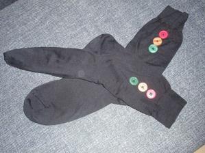 Ponožky s vlastnoručně našitými knoflíčky pro ženicha :-)