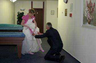 Tatínek nandavá spadlý podvazek :-) Těsně před obřadem :-)