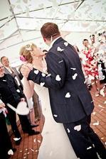 První novomanželský tanec se srdíčky.