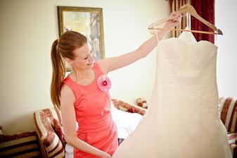 Pavlínka připravuje šaty na oblečení.