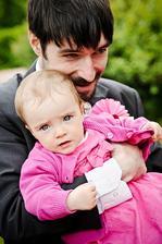 Úžasná Linda v náruči tatínka.