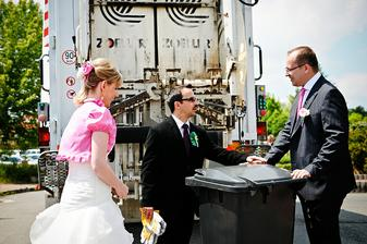 Překvapení od kamarádů - David dává instrukce, co s popelnicí dělat :-)
