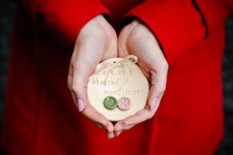 Pozdě, ale přeci - talířek na prstýnky v mých rukou - děkuji fotografce Lucce za dodatečné vyfocení!