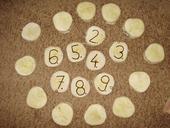 Čísla na stoly + pod-tácky pod svíčky,
