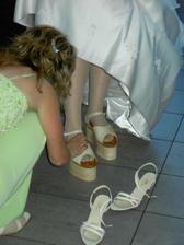 příprava pro první tanec, pořád si prý stěžuju že mě z něho bolí za krkem(on 2m, já 1.65m) :-)