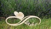 Dřevěná dekorace s iniciály snoubenců,