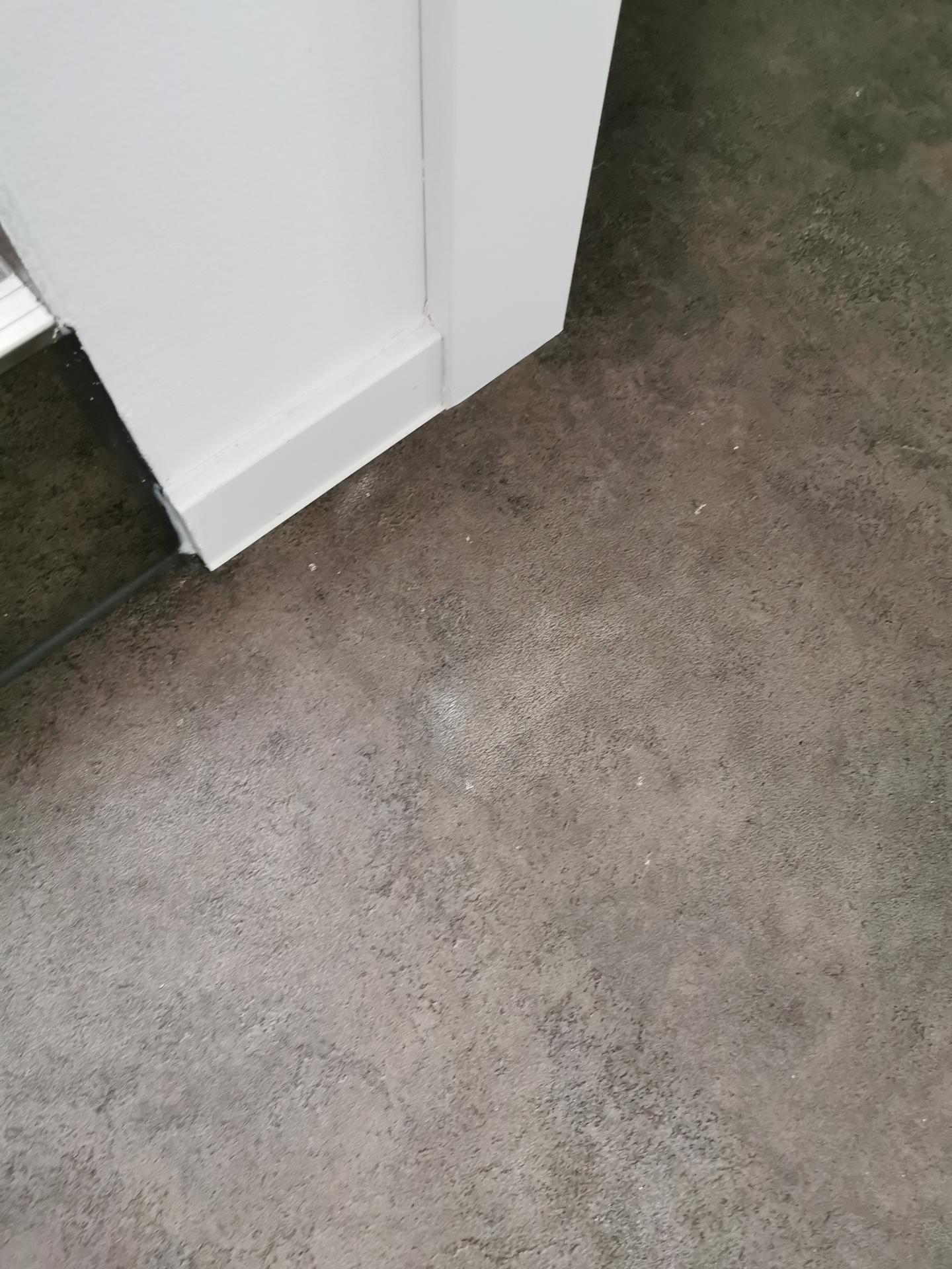Máte prosím někdo zkušenost s čištěním vinilu od barvy na zeď? Po malování tu jsou různě čmouhy, na fotce je to špatně vidět, a díky tomu, že ta podlaha má hrubý povrch, tak to nejde vyčistit. Je to jakoby zažrané v té prohlubni vzoru. Nerada bych nějakým hrubším čištěním zničila i podlahu. Děkuji za rady. - Obrázek č. 2