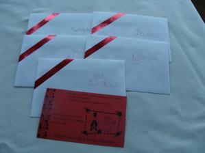 Obálky + oznámení...v rozích obálek je červená lepící páska...šikovná věc.