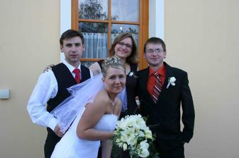 ...svědkové...Janička a Stanik...ten si půjčil omylem ženichovo sako s korsáží :c)