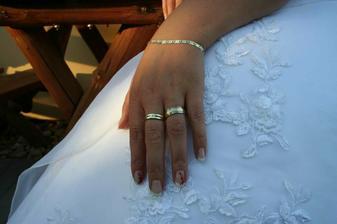 ...zásnubní a snubní prstýnek a dárek od ženichovy maminky zlatý náramek..DĚKUJŮŮŮŮ.