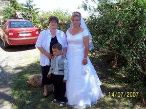 nevěsta s maminkou a bratrancem