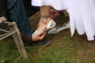 Svědek mi pomáhal s botičkama