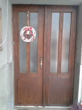Este skarede, stare dvere ... ale na nich krasny vianocny vencek .. na jar budu uz konecne nove dvere :)