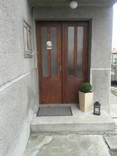 Zatiaľ staré dvere .. ale čo nevidieť budú už nové ... :)