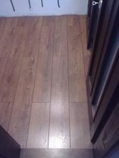 Naša úžasná podlaha ... .. už sú aj lišty dokončené :)