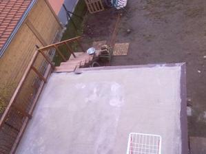 Pohľad z horného balkóna na terasu ... z terasy si spravia rodičia spálňu a tým si my spravíme obrovskú terasu ...