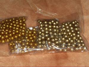 Zlaté perličky na ozdobu jsou také doma