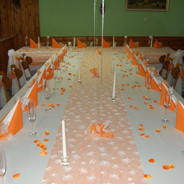 ORANŽOVÁ SVATBA - Tak podobně by mohla vypadat svatební tabule, ale u prostřed bude nařasená, čistě oranžová organza