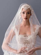 Blanka Matragi, nadherne nalicena a oblecena modelka ako nevesta