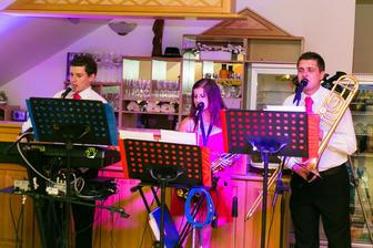 Naša kapela : Fanatik :) - môžem len a len odporučiť sú strašne milí a čo je skvelé že sú mladí a vedia čo na svadbe mladí ľudia chcú ;)