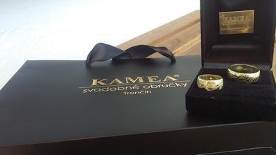 Naše krásne obrúčky :) Už sa neviem dočkať kedy si ich navlečieme na prsteníky :)