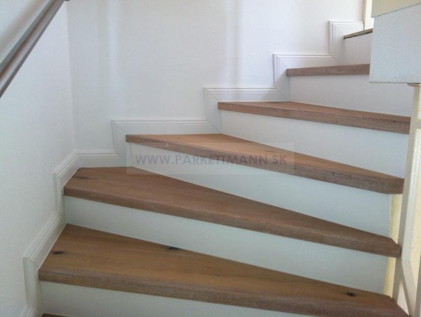 Vysoké biele parketové lišty - Obloženie schodov a biela lišta