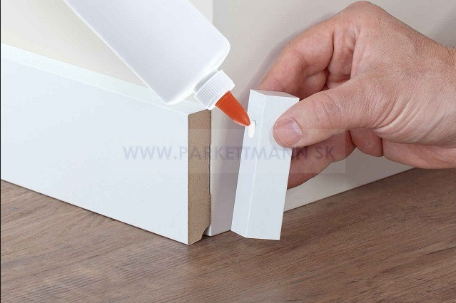Vysoké biele parketové lišty - Správna montáž rohových hranolčekov