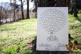 Svadobný bike, na ktorý sa vám podpíšu vaši svadobní hostia, alebo zanechajú otlačky prštekov. OBraz si môžete zavesiť v obývačke, alebo spáni. Svadobný bike je dodávaný komplet nalepený.  Srdiečka +-100ks morená tabuľa o rozmere 50x70cm mená mladoma