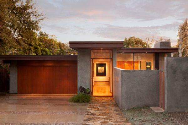 Design fasády - betonová stěrka na plotu i na části domu.