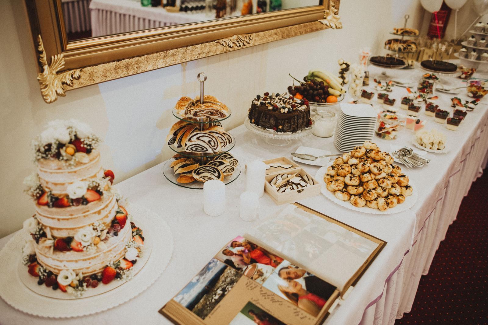 Tatranská zimná svadba - sami sme si robili catering. poschoduv tortu mame od profesionalky a makovú tortu spravila moja teta.