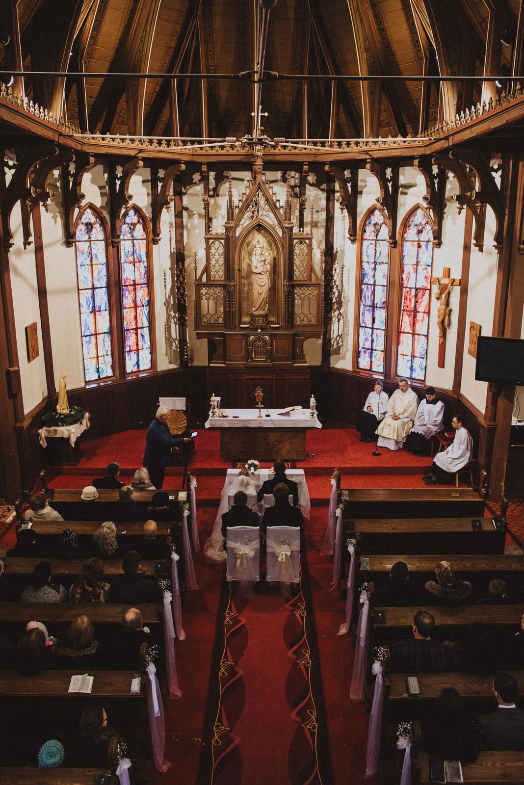 Tatranská zimná svadba - jednoduchá výzdoba...kostol zdobí sám seba, tým, čo všetko prežil...