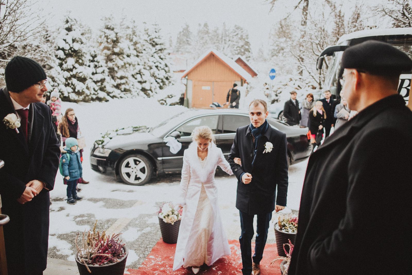 Tatranská zimná svadba - moji dvaja tatkovia otvárajú dvere do sály. výnimočné foto.