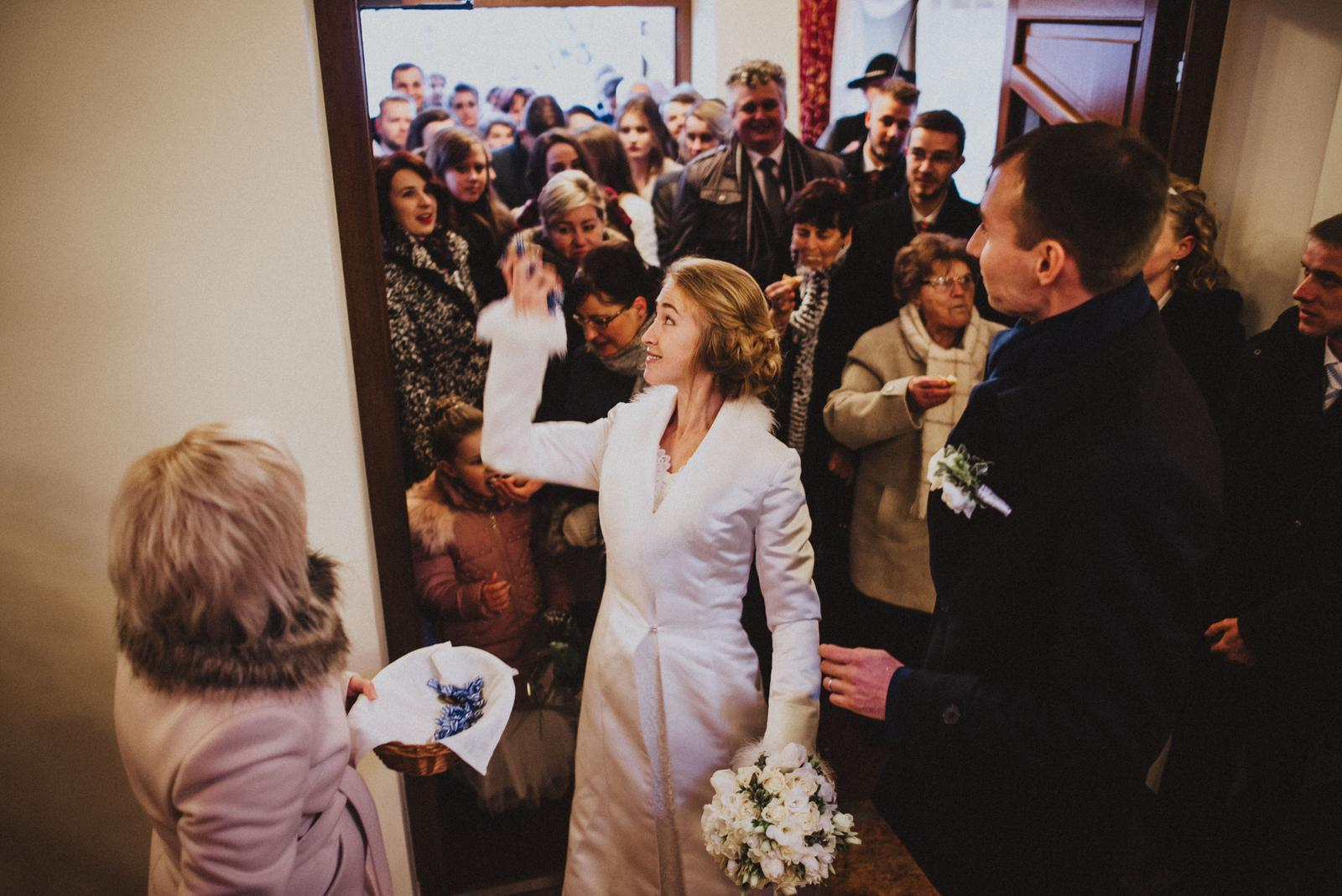 Tatranská zimná svadba - cukríky a vodka sa hádžu dozadu, kto chytí- ten má