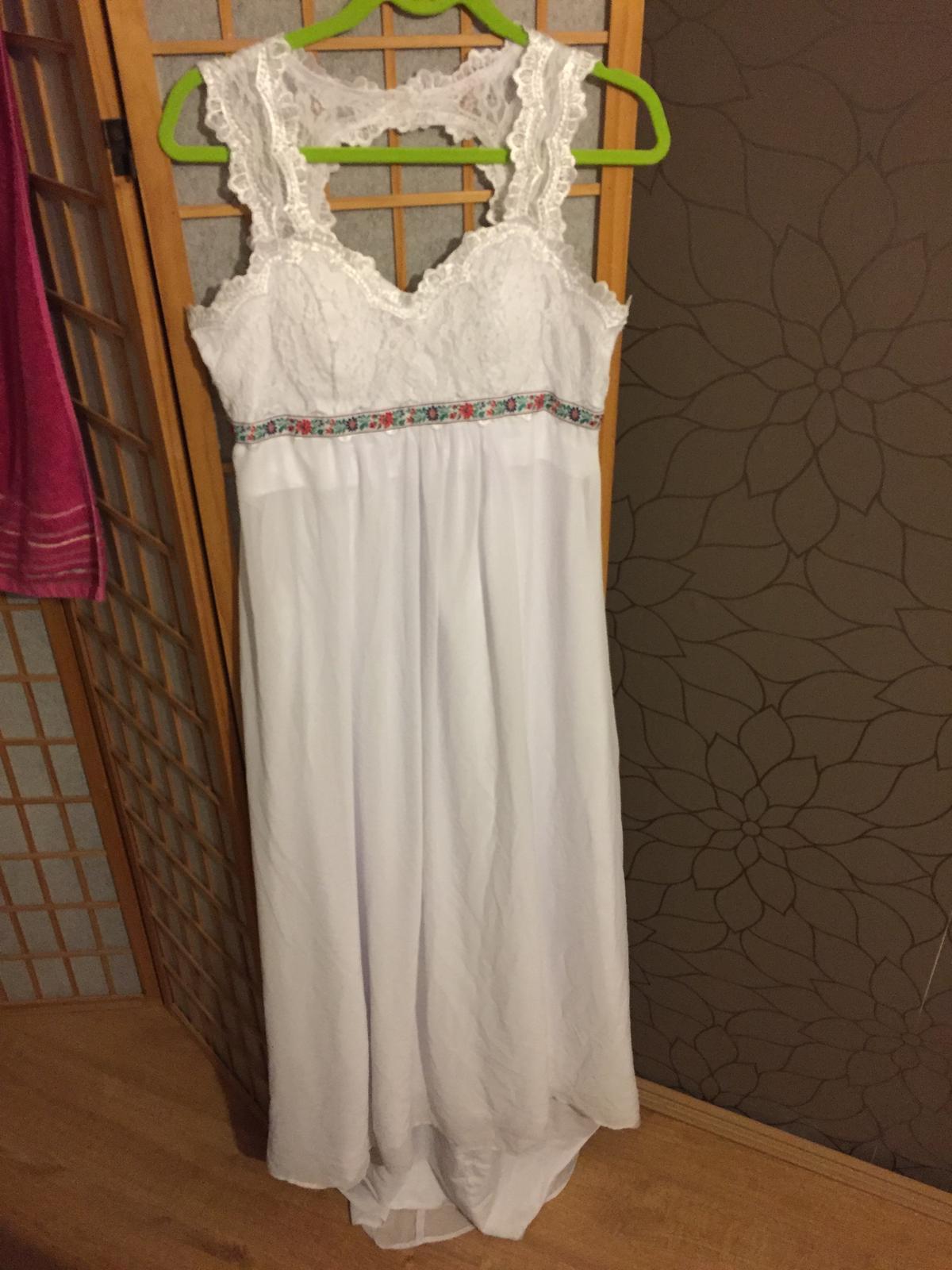 Jednoduché,ľahké svad. šaty s folklórnym detailom - Obrázok č. 3