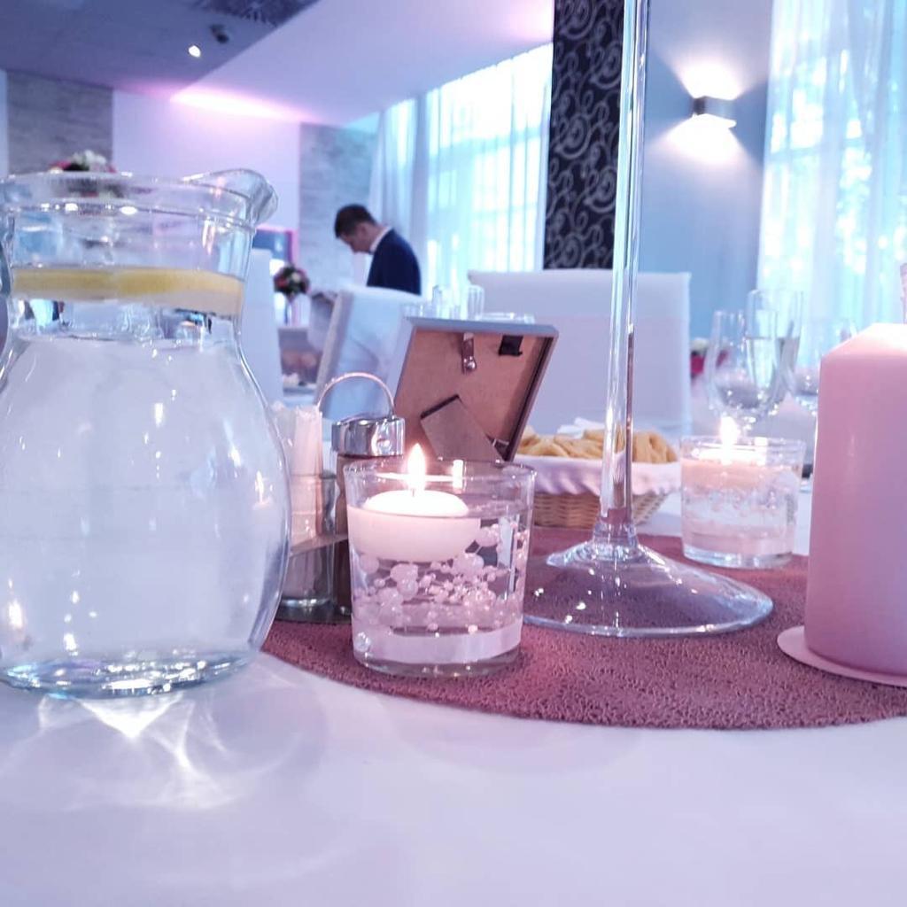 Svietniky s ružovými perlami a plávajúcou sviečkou - Obrázok č. 1