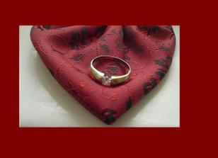 zástnubní prstýnek - bílé zlato - na detailu kapesníčku od ženichovy vestičky