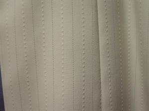 detail obleku ženicha - jemný proužek - ale snad to nebude rušit