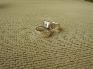 Naše prstýnky - ruční výroba. Sami jsme si je vymysleli. Chtěli jsme je obráceně - tu širší část matnou, ale takhle taky nevypadají špatně, co říkáte?