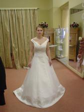 Adina Karmelitská - šaty Leslie. Z boku dělá střih skvělý pas, ale asi se moc nehodí pro nevěsty s většími prsy - viz já