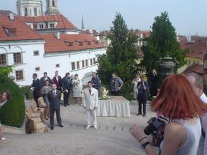 a už na mě čeká - tady jsme se poprvé viděli ve svatební den, krásný pocit...
